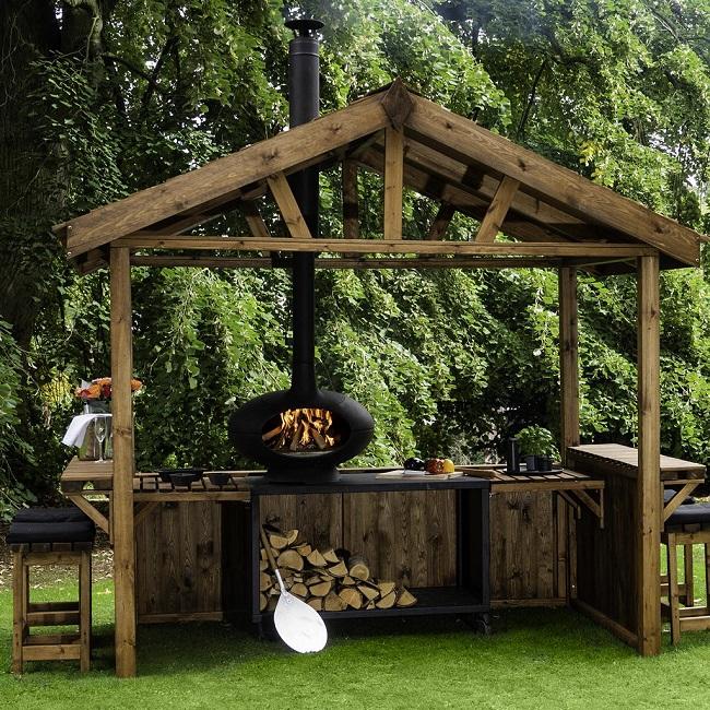 Cozinha de madeira em área externa.
