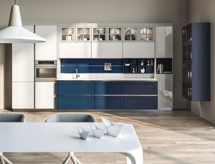 Armário azul em cozinha com piso de madeira.