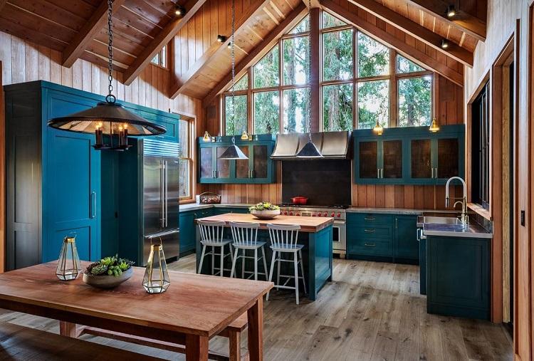 Cozinha rústica com combinação azul com madeira.