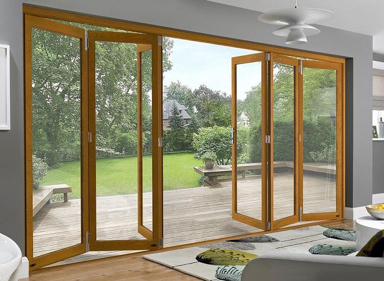 Porta camarão de madeira com vidro separando o interior do jardim com deck.