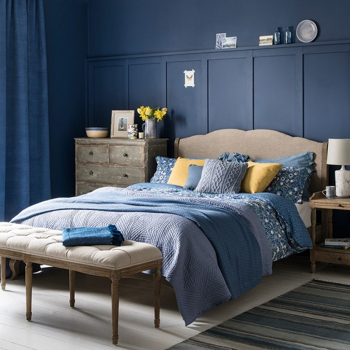 Quarto na bela combinação azul com madeira.