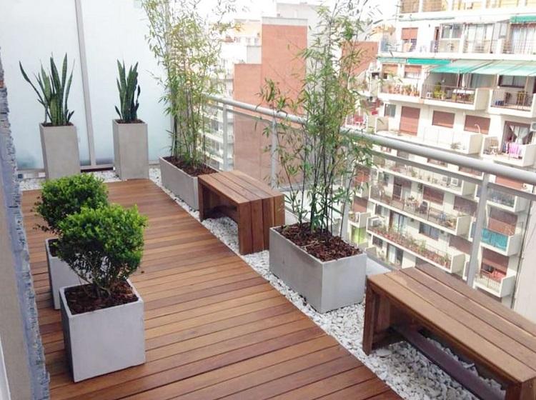 Terraço com bancos de madeira feitos sob medida.