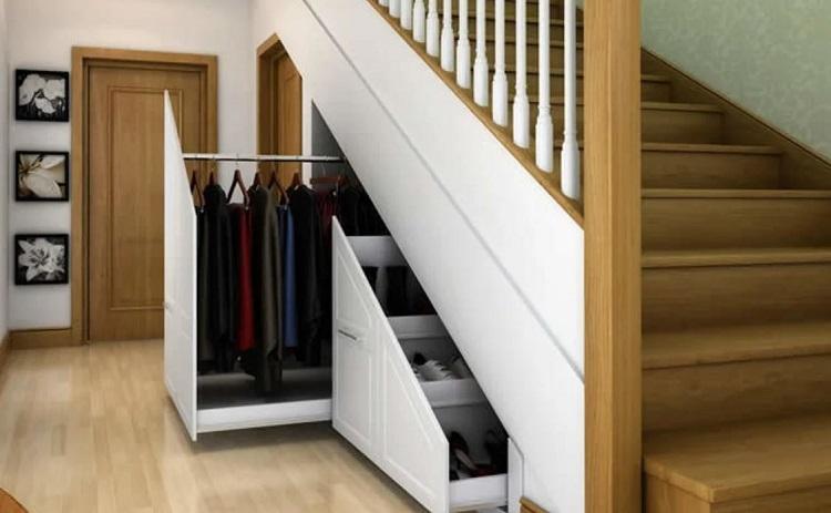 Closet debaixo da escada.
