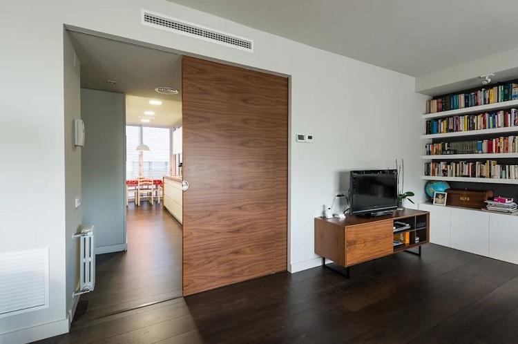 Sala com porta de correr dividindo ambientes.