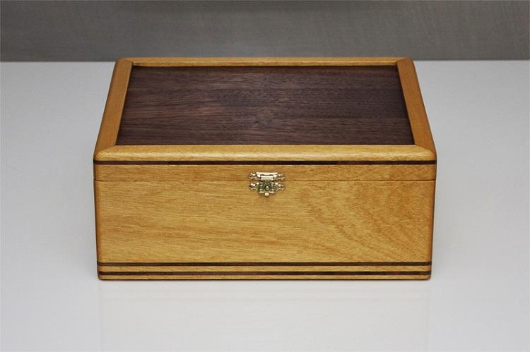 Caixa de chá de madeira pau-amarelo.